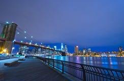 De Horizon van New York bij nacht, de V.S. stock fotografie
