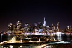 De horizon van New York bij nacht manhattan stock afbeeldingen