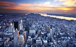 De Horizon van New York bij schemer Stock Foto