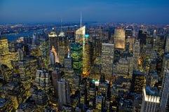 De horizon van New York bij schemering Royalty-vrije Stock Afbeeldingen