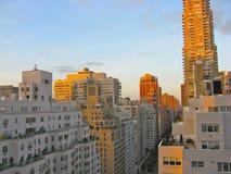 De horizon van New York bij zonsondergang Stock Foto
