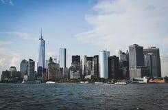 De horizon van New York die van het overzees wordt gezien stock afbeelding