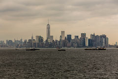 De Horizon van New York over Hudson River op Stormachtige Dag Stock Afbeelding