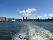 De horizon van Oslo met Stadhuis van Oslofjord Stock Foto's