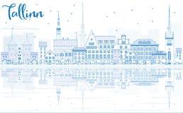De Horizon van overzichtstallinn met Blauwe Gebouwen en Bezinningen Stock Fotografie