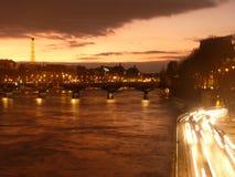 De Horizon van Parijs met Verkeer, Zonsondergang Stock Foto