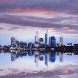 De Horizon van Perth die in de Rivier van de Zwaan wordt weerspiegeld Royalty-vrije Stock Afbeeldingen