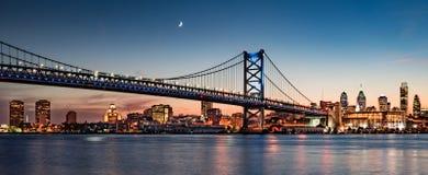 De horizon van Philadelphia bij zonsondergang Stock Foto's