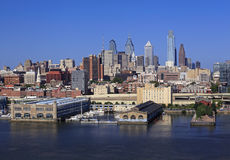 De horizon van Philadelphia en de Rivier van Delaware stock foto's