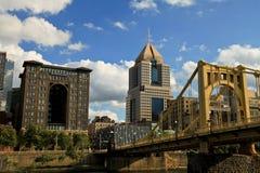 De horizon van Pittsburgh van Allegheny-Rivier wordt bekeken die Augustus 2016 stock afbeelding
