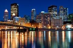 De Horizon van Pittsburgh bij Nacht Stock Afbeeldingen