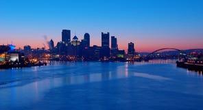 De Horizon van Pittsburgh bij Zonsopgang Stock Foto's
