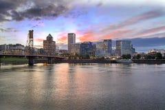 De Horizon van Portland Oregon bij Zonsondergang Royalty-vrije Stock Foto