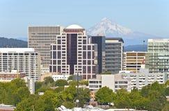De horizon van Portland Oregon met Mt. Kap. Stock Afbeelding