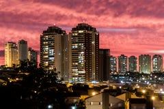 De horizon van Ribeirãopreto bij zonsondergang Stock Foto