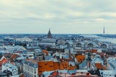 De horizon van Riga met dakbovenkanten van oude stad royalty-vrije stock fotografie