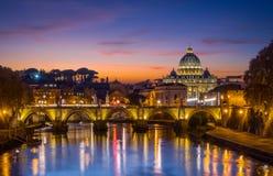 De horizon van Rome bij zonsondergang zoals die van de Brug van Umberto wordt gezien I Italië stock fotografie