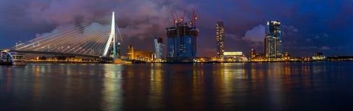 De horizon van Rotterdam bij nacht Royalty-vrije Stock Foto's