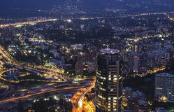 De horizon van 's nachts Santiago de Chile stock afbeelding