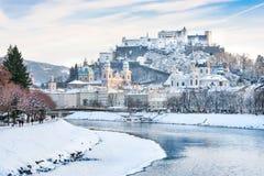 De horizon van Salzburg met Festung Hohensalzburg en rivier Salzach in de winter, Salzburger-Land, Oostenrijk Royalty-vrije Stock Afbeeldingen