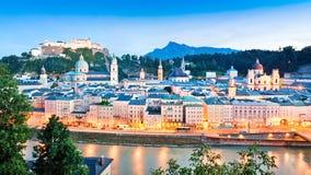 De horizon van Salzburg met rivier Salzach bij schemer, Salzburger-Land, Oostenrijk Stock Foto's