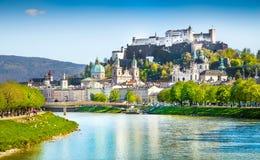De horizon van Salzburg met Salzach-rivier in de zomer, Oostenrijk Royalty-vrije Stock Afbeeldingen