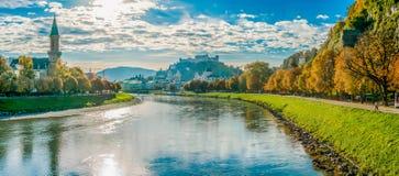 De horizon van Salzburg met vesting in de herfst, Salzburger-Land, Oostenrijk stock fotografie