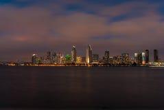 De Horizon van San Diego bij schemer Stock Fotografie