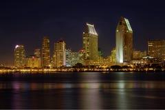 De horizon van San Diego van het water bij nacht Stock Foto
