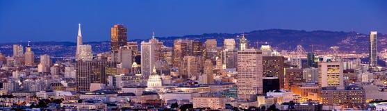 De horizon van San Francisco bij schemer Stock Foto