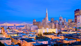 De Horizon van San Francisco bij schemer Stock Fotografie