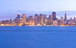 De horizon van San Francisco bij schemering Stock Afbeelding