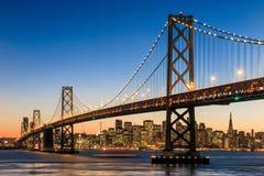 De horizon van San Francisco en Baaibrug bij zonsondergang, Californië Royalty-vrije Stock Foto's
