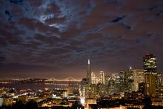 De horizon van San Francisco op een bewolkte nacht Stock Foto's