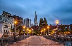 De horizon van San Francisco van Pijler 7 na zonsondergang royalty-vrije stock afbeelding