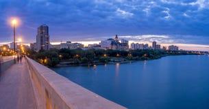 De horizon van Saskatoon bij nacht stock foto's