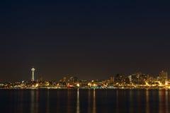 De Horizon van Seattle bij Nacht stock afbeeldingen
