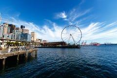 De Horizon van Seattle en Groot Wiel royalty-vrije stock afbeelding