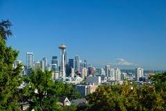 De horizon van Seattle met Mt regenachtiger Royalty-vrije Stock Fotografie