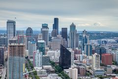 De horizon van Seattle met Onderstel Regenachtiger op de achtergrond Stock Foto