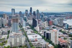 De horizon van Seattle met Onderstel Regenachtiger op de achtergrond Stock Foto's