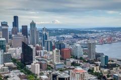 De horizon van Seattle met Onderstel Regenachtiger op de achtergrond Royalty-vrije Stock Foto