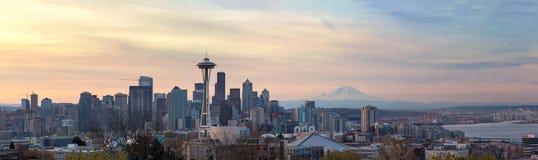 De Horizon van Seattle WA met Onderstel Regenachtiger tijdens Zonsopgangpanorama stock afbeelding