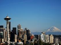 De horizon van Seattle zet Onderstel Rainer spaceneedle op royalty-vrije stock fotografie