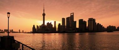 De horizon van Shanghai bij het landschap van de dageraadstad royalty-vrije stock afbeelding
