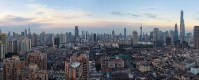 De horizon van Shanghai bij schemer Stock Fotografie