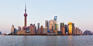 De horizon van Shanghai bij zonsondergang stock fotografie