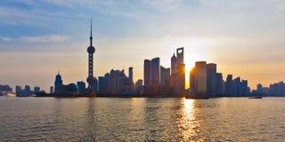 De horizon van Shanghai bij zonsopgang royalty-vrije stock fotografie