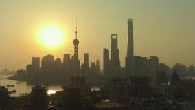 De horizon van Shanghai bij zonsopgang Huangpu en Lujiazui-District China Lucht Mening stock videobeelden