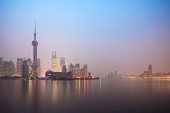 De horizon van Shanghai in dageraad Stock Afbeelding